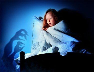 petite fille imaginant des monstres sous son lit