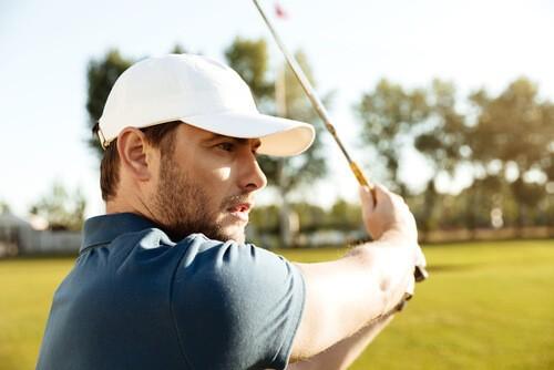 Golfeur en pleine concentration