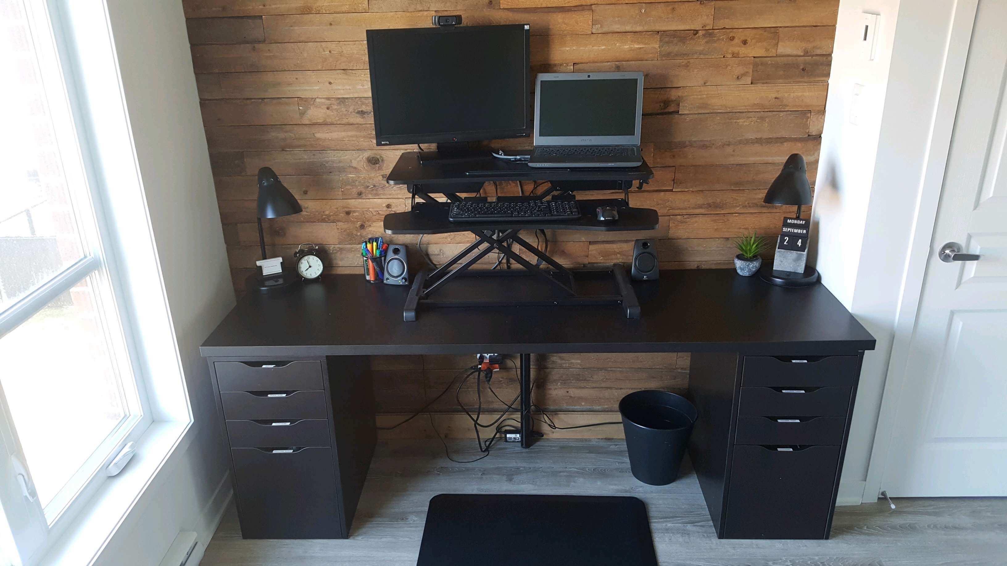 Support d'ordinateur à hauteur ajustable posé sur un bureau